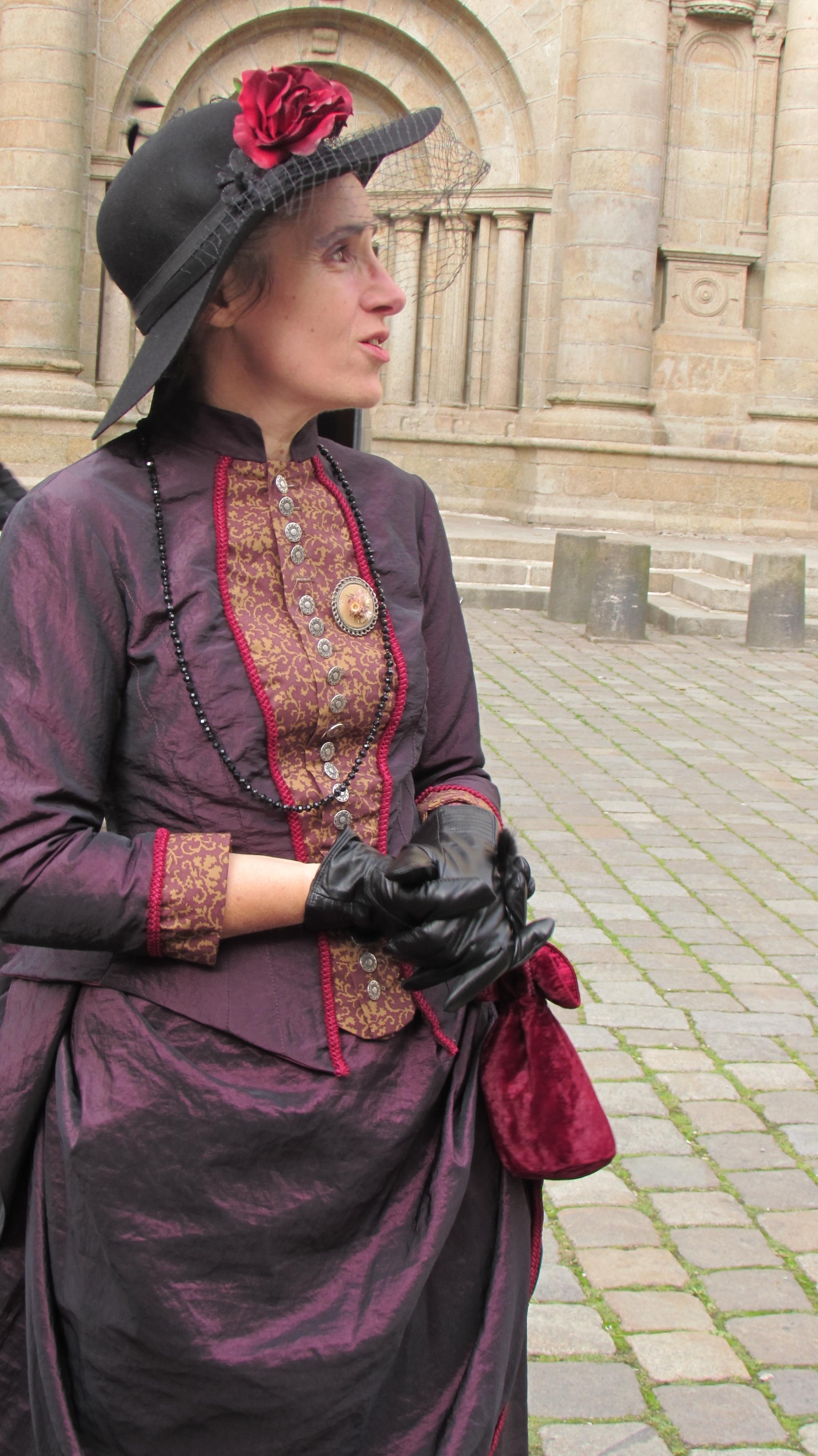 robe 1890 violette et rouge